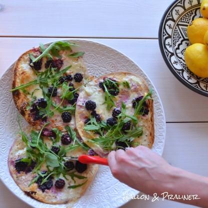 Pizza med parmesan, mozzarella och björnbär